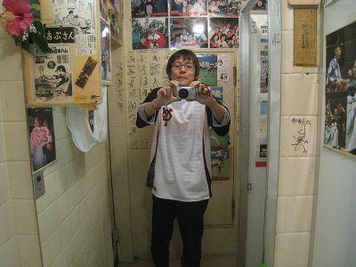 トイレの鏡で自分の格好に気づいて驚く